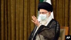 ایران کے سپریم لیڈر آیت اللہ علی خامنہ ای کے دفتر سے جاری ہونے والی تصویر میں وہ صدر حسن روحانی اور ان کی انتظامیہ کے عہدیداروں سے الوداعی ملاقات کے بعد خطاب کر رہے ہیں۔