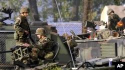 Tentara AS berjaga di sekitar kendaraan lapis baja di pangkalan militer di Dongducheon, Korea Selatan. (Foto: dok). Untuk dua tahun berturut-turut, AS dan Korea Selatan gagal mencapai kesepakatan baru mengenai pembagian biaya militer sebelum kesepakatan lama berakhir.