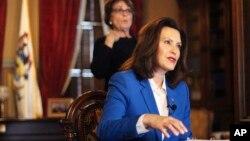 资料照片:密西根州州长办公室提供的照片显示惠特曼州长宣布居家令,要求本州居民呆在家中,防止新冠病毒扩散。(2020年3月23日)