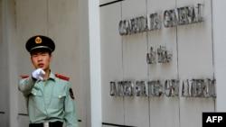 在美國駐成都總領事館前一名中國武警士兵做出警告的手式。 (2012年9月18日)