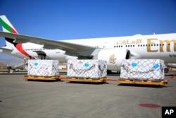 Bantuan 1,4 juta dosis vaksin COVID-19 produksi Johnson & Johnson tiba di bandara Hamid Karzai, Afghanitan (foto: dok).