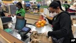 Seorang perempuan tengah mengatur belanjaan untuk diantarkan ke pemesan (foto: ilustrasi).