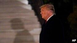 El presidente Donald Trump llega al jardín sur de la Casa Blanca el martes 12 de enero de 2021 en Washington. El presidente regresaba de Texas. [Foto de AP]