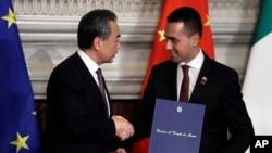 지난해 3월 이탈리아 로마 빌라 마다마에서 중국의 왕이 외교부장과 그 당시 부총리였던 이탈리아 외교장관이 중국이 추진중인 일대일로(Belt and Road Initiative) 사업의 양해각서를 체결하고 악수하고 있다.