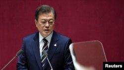 Presiden Korea Selatan, Moon Jae-in menyampaikan pidato dalam upacara pembukaan Majelis Nasional ke-21, di Seoul, Korea Selatan, 16 Juli 2020. (Jung Yeon-je / Pool via REUTERS)