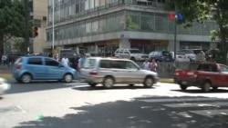 Venezuela devalúa su moneda y aumenta precio del combustible