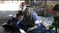 Незвичний навчальний центр, у якому дошкільнята пізнають світ поруч із літніми людьми. Відео