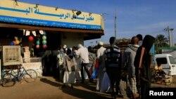 Des clients font la queue pour acheter du pain dans une boulangerie à Khartoum, au Soudan, en février. 19, 2020.