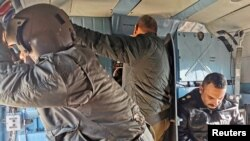 Arhiva - Pripadnici iračkih bezvednosnih snaga u helikopteru tokom vojne operacije potrage za pripadnicima milicija Islamske države, u Anbaru, Irak, 29. decembra 2019.