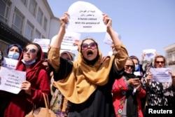 کابل میں صدارتی محل کے سامنے خواتین اپنے حقوق کے لیے مظاہرہ کر رہی ہیں۔ 5 ستمبر 2021