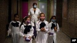 Los estudiantes salen del aula para tomar un descanso en su primer día de regreso a clases presenciales en medio de la pandemia de COVID-19 en una escuela pública en Montevideo, Uruguay, el lunes 1 de marzo de 2021.