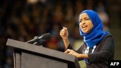 La congresista de Minnesota Ilhan Omar habla durante un evento político del entonces aspirante presidencial demócrata Bernie Sanders, en marzo del 2020.
