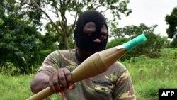 Un soldat mutiné tient une grenade RPG à l'intérieur d'un camp militaire dans la deuxième ville de Bouaké, Côte d'Ivoire,15 mai 2017.