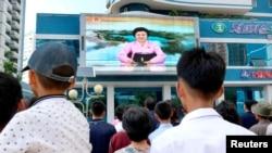 지난 3일 평양 주민들이 대형화면으로 북한의 6차핵실험 발표를 보고 있다.