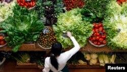 Algunos consumidores se ven obligados a comprar productos modificados genéticamente en vista de que los alimentos orgánicos suelen ser más caros.