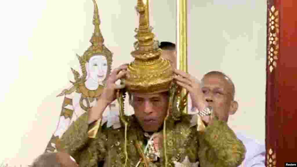 66 سالہ بادشاہ کو تقریب کے دوران فتح کا عظیم تاج پہنایا گیا جس کا وزن 7.3 کلو گرام ہے۔