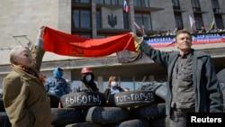 Người biểu tình thân Nga phía trước các chướng ngại vật bên ngoài một tòa nhà chính phủ trong khu vực Donetsk, ngày 8/4/2014.
