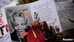 星期五民眾在醫院門外﹐以鮮花及卡片為曼德拉祈。