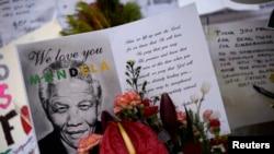 Poruke i cveće dobronamernika ispred klinike u kojoj leži Nelson Mandela
