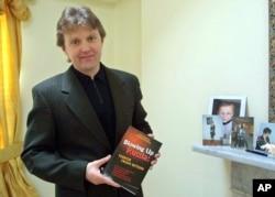 FILE - Alexander Litvinenko (2002 photo)