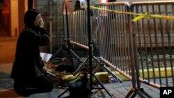Una mujer llora cerca del lugar del incendio en una bodega de Oakland, en el que murieron decenas de personas el viernes por la noche.