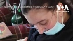 Мати вперше зустріла свою доньку, яку народила в стані коми через коронавірус. Відео