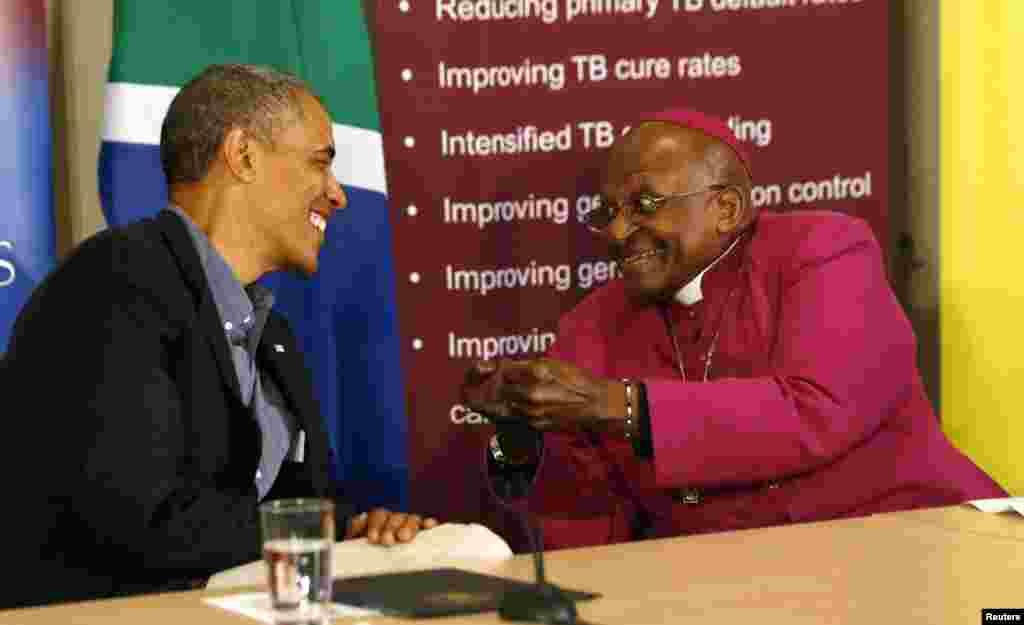 ABŞ prezidenti Barak Obama və Cənubi Afrikada Keyptaun yaxınlığında Gənclik HİV Fondunda tədbir zamanı zaman Desmond Tutu ilə görüşür.