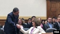 美国国会议长佩洛西2019年6月4日出席天安门事件30周年听证会,并与当时学生运动领袖吾尔开希握手致意。(美国之音记者李逸华拍摄)