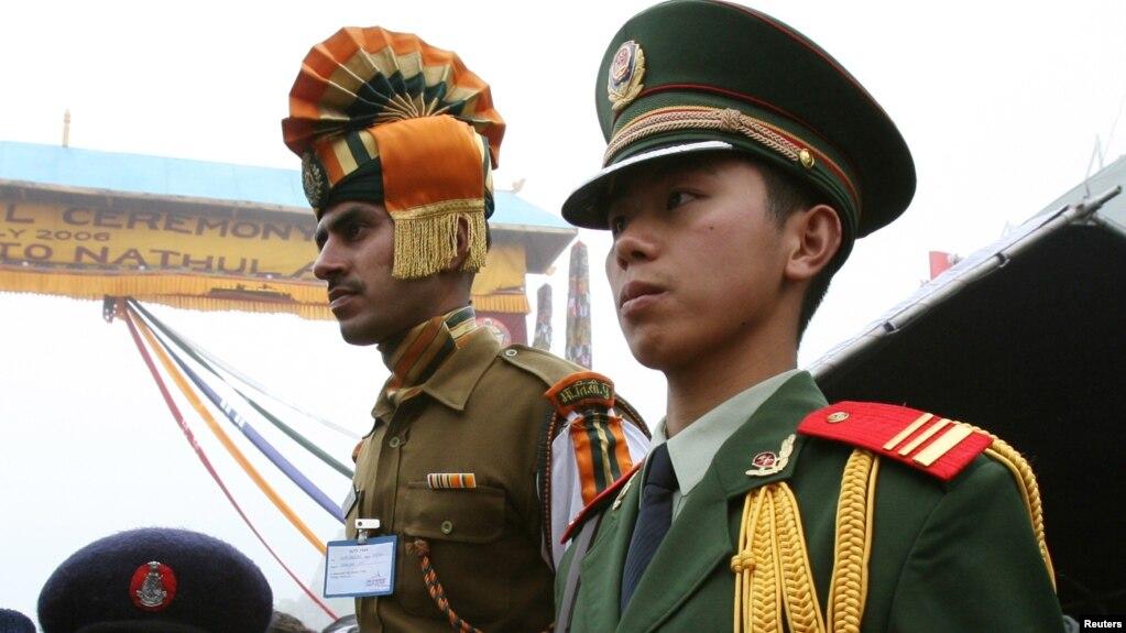 Lính biên phòng Ấn độ và Trung quốc tại đèo Nathu La mountain giữa Tây tạng và bang Sikkim của Ấn độ, ngày 6/7/2006.