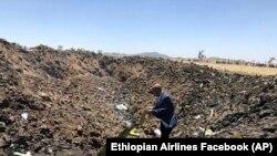 Гендиректор компанії Ethiopian Airlines дивиться на уламки літака, який розбився 10 березня. Фото зі сторінки авіакомпанії у Фейсбуці