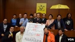 香港泛民主派立法會議員發連署聲明,將否決「假普選」方案 (美國之音 湯惠芸攝 )