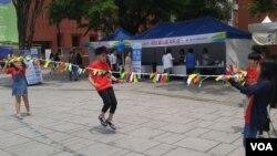 지난 24~25일 열린 '통일 TIP:마로니에 축제'에서 어린이들이 북한의 놀이문화를 체험하고 있다.