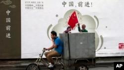 Bích chương cổ vũ cho nền kinh tế Trung Quốc với hàng chữ 'Trung Quốc, Tiến lên!' tại Bắc Kinh, ngày 15/7/2013.