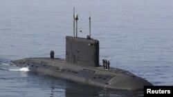 Kapal selam Angkatan Laut Iran patroli di dekat selat Hormuz (foto: dok). Iran melakukan latihan bersama dengan kapal-kapal Pakistan.