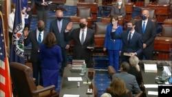 Senatori Rafael Vornok, Aleks Padilja i i Džon Osof polažu zakletvu pred potpredsjednicom Kamalom Harris 20. januara 2021.