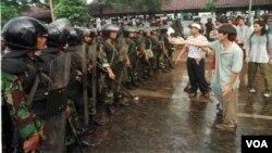 Demonstrasi mahasiswa di kampus Trisakti, 8 Maret 1998. Tragedi Semangi dan Mei 1998 termasuk kasus pelanggaran HAM yang sampai sekarang belum dituntaskan pemerintah.