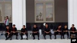 아세안정상회의장인 버마 국제컨벤션센터에서 9일 폭탄처리반 대원들이 폭발물 수색 작업 중 휴식을 취하고 있다.