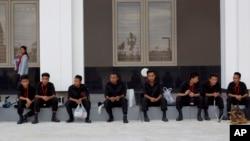 缅甸国际会议中心前面的防弹人员和嗅弹犬
