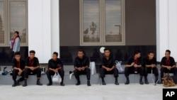 Anggota tim pelacak bom beristirahat setelah mengecek keamanan Myanmar International Convention Center, tempat berlangsungnya KTT ASEAN, di Naypyitaw, Myanmar, 9/5/2014.