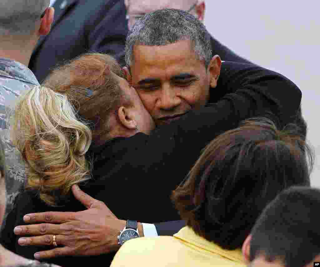 바락 오바마 미국 대통령이 28일 뉴저지주 허리케인 피해 복구지역을 돌아보기 위해 맥가이어 공군기지에 도착한 가운데, 한 주민과 포옹하고 있다.