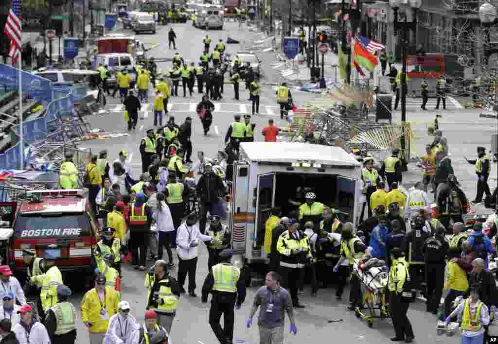2013年4月15日, 2013年度波士顿马拉松比赛的终点线附近发生爆炸后,医疗救护人员救助伤者。