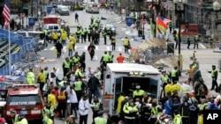 波士頓馬拉松賽終點發生爆炸後醫護人員到場救治傷者(美聯社照片)