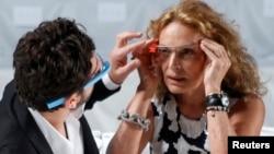 Pendiri Google Sergey Brin (kiri) memasang sepasang kacamata Project Glass pada desainer Diane von Furstenberg sebelum gladi resik untuk koleksi von Furstenberg's Spring/Summer 2013 dalam New York Fashion Week.