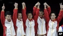 Para pesenam Tiongkok (dari kiri: Feng Zhe, Guo Weiyang, Chen Yibing, Zhang Chenglong dan Zou Kai) berpose seusai penerimaan medali emas di Olimpiade London 2012 (30/7).