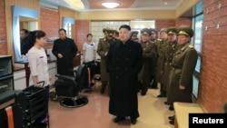 북한의 김정은 국방위원회 제1위원장이 '항공 및 반항공군 지휘부'(공군)를 시찰했다고 조선중앙통신이 13일 보도했다. (자료사진)