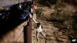 一名移民跳过围栏进入美国。(2019年1月1日)