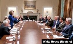 Nümayəndələr Palatasının spikeri Nensi Pelosi Ağ Evdə Suriya ilə bağlı görüş zamanı prezident Donald Trampla danışır.