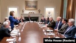 Umuyobozi w'inteko ishinga amategeko umutwe w'Abadepite, Nancy Pelosi, ahagurutse yiyama mu nama yari iyobowe na Perezida Donald Trump kubera impaka ku ngabo zakuwe muri Siriya.