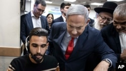 Perdana Menteri Benjamin Netanyahu (tengah) mengunjungi pusat respons virus corona di Kementerian Kesehatan Israel, di Kiryat Malachi, Israel, 1 Maret 2020. (Foto: AP)