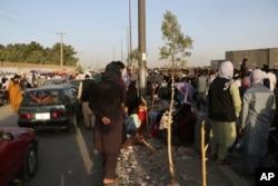Ratusan orang berkumpul di dekat pos pemeriksaan saat berlangsungnya berlangsungnya evakuasi di Bandara Internasional Hamid Karzai, di Kabul, Afghanistan, 25 Agustus 2021.